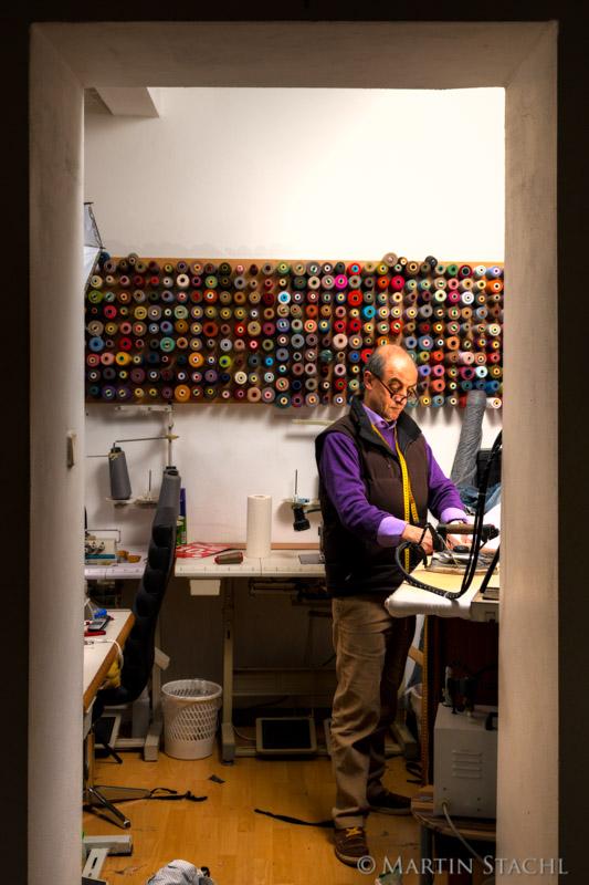 Corc Sen betreibt eine Schneiderei in Wien. Corc Sen runs a tailor's shop in vienna.