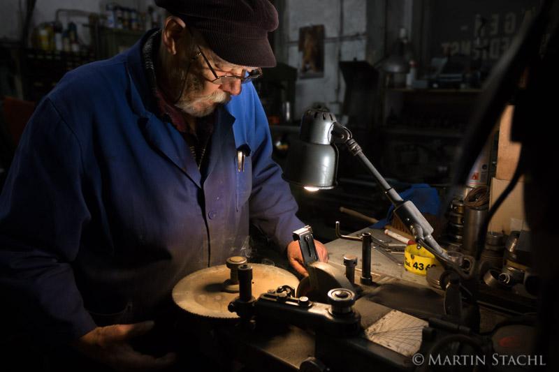 J.Beilner betrieb bis ins hohe Alter eine Werkstatt für Geräte- und Maschinenreparatur; J.Beilner ran a repair workshop for machinery til old age
